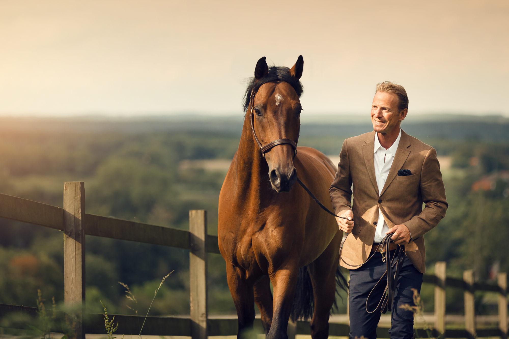 Peder och en häst fotograferas med horisonten som bakgrund