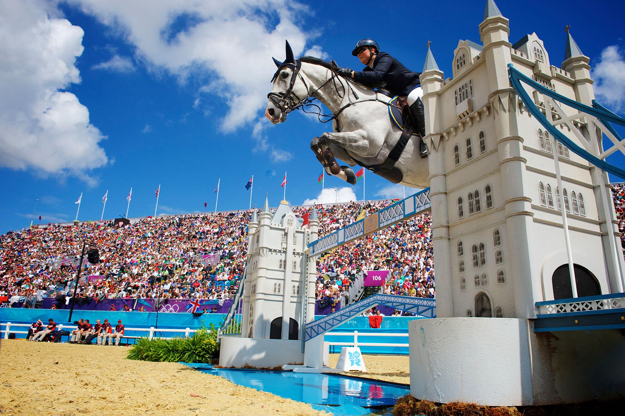 Häst hoppar över ett hinder som ser ut som en av de klassiska broarna i London vid OS 2012