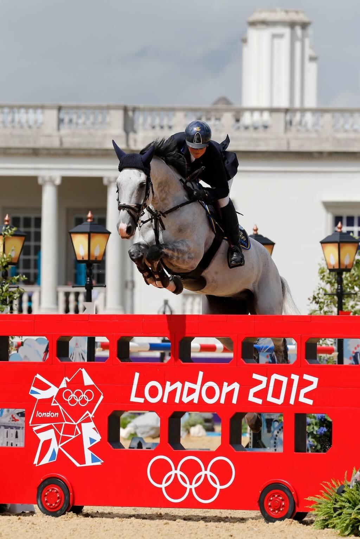"""Häst hoppar över ett hinder format som en klassisk """"Londonbuss"""" vid OS i London 2012"""