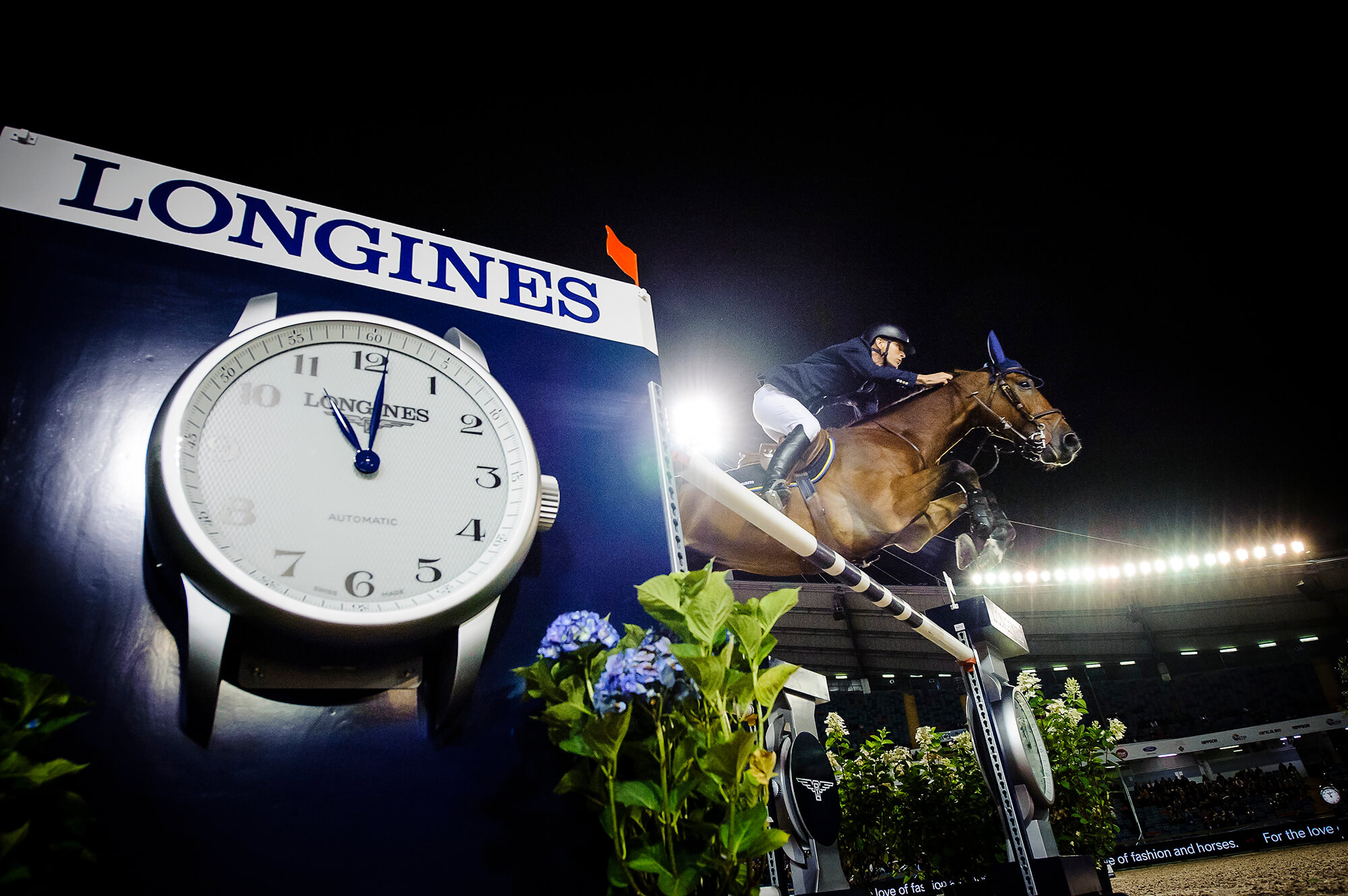 Häst hoppar över hinder på en tävling