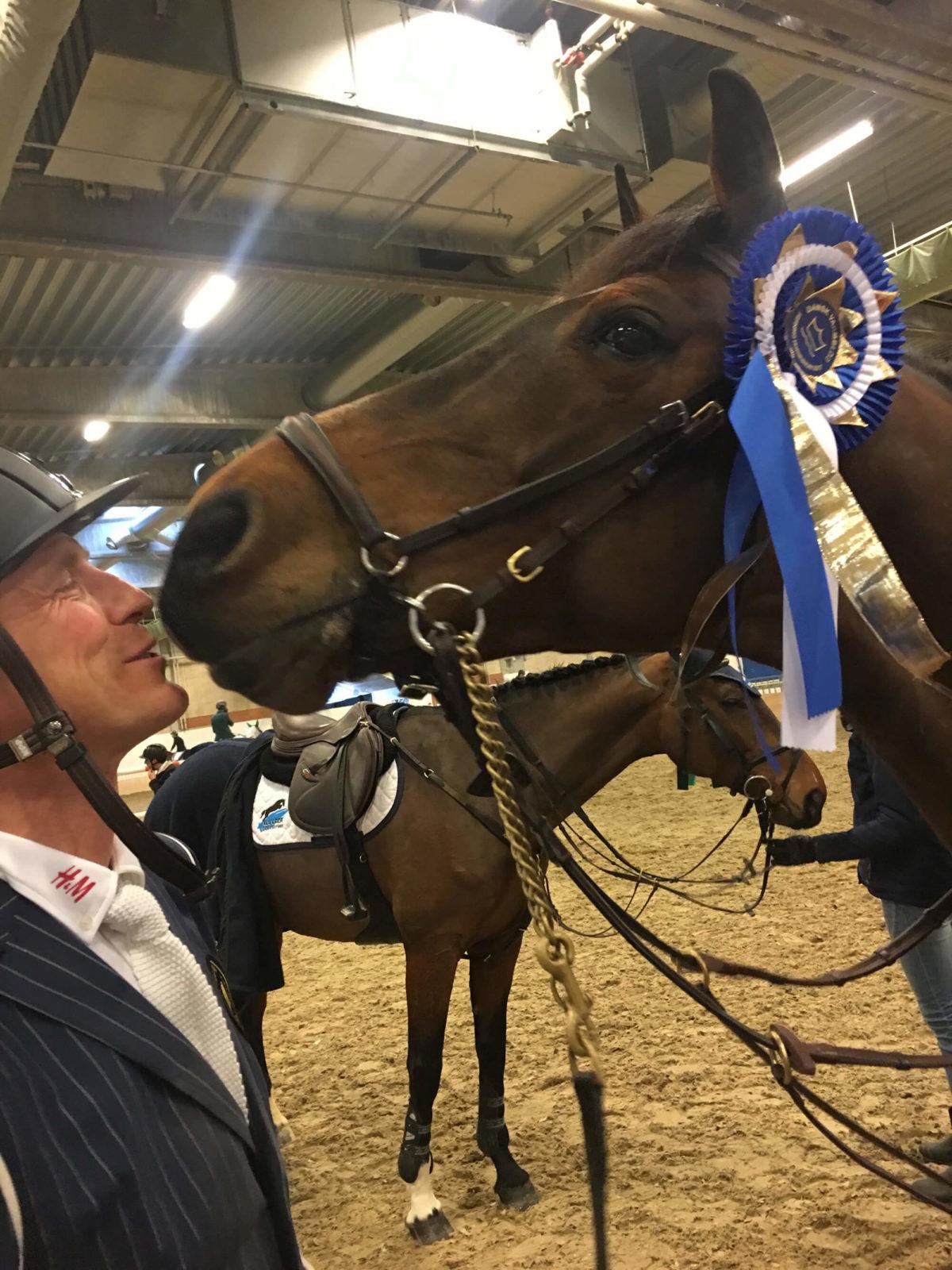 Peder får en puss av hästen efter en tävling