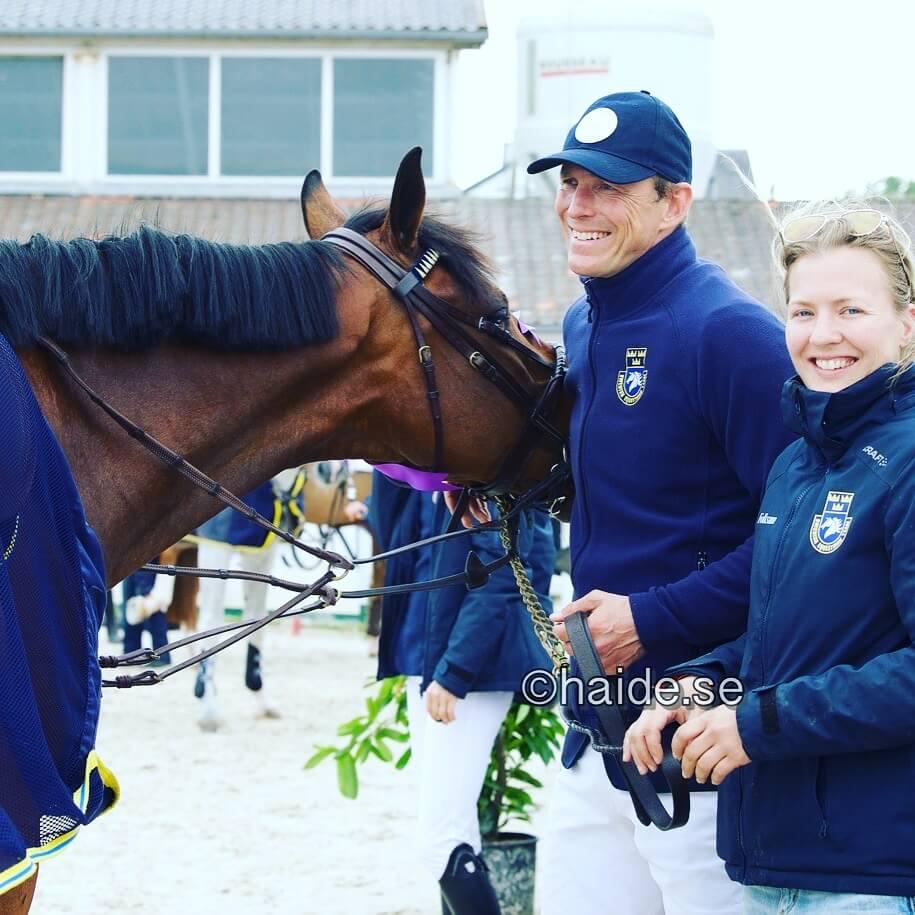 Två personer och en häst skrattar