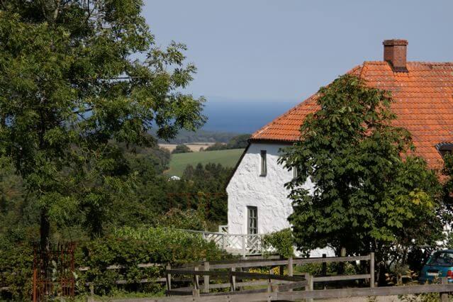 Ett av husen med utsikt över havet på Grevlundagården