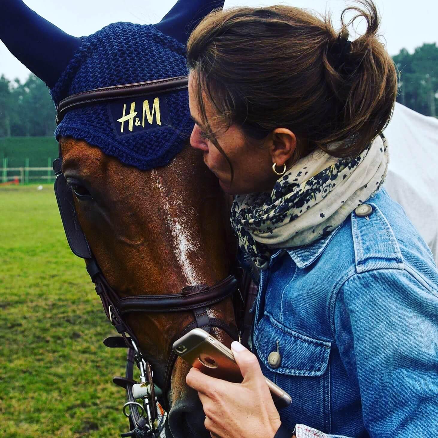 En kvinna pussar en häst