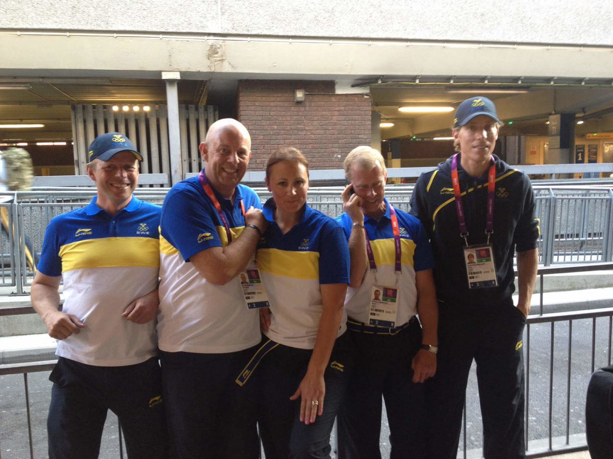 Fem personer från det svenska teamet fångas på bild