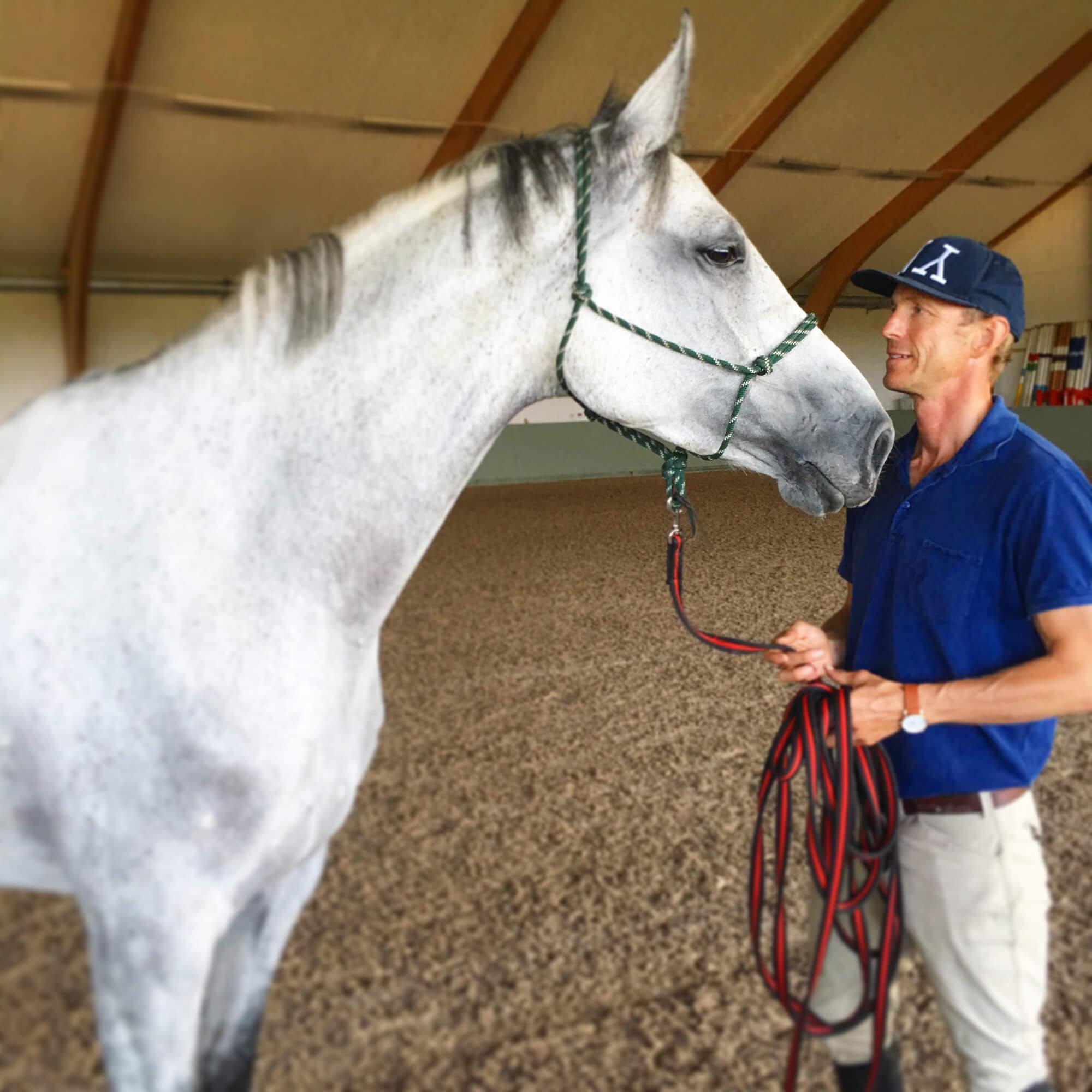 Peder Fredriksson och en häst inomhus