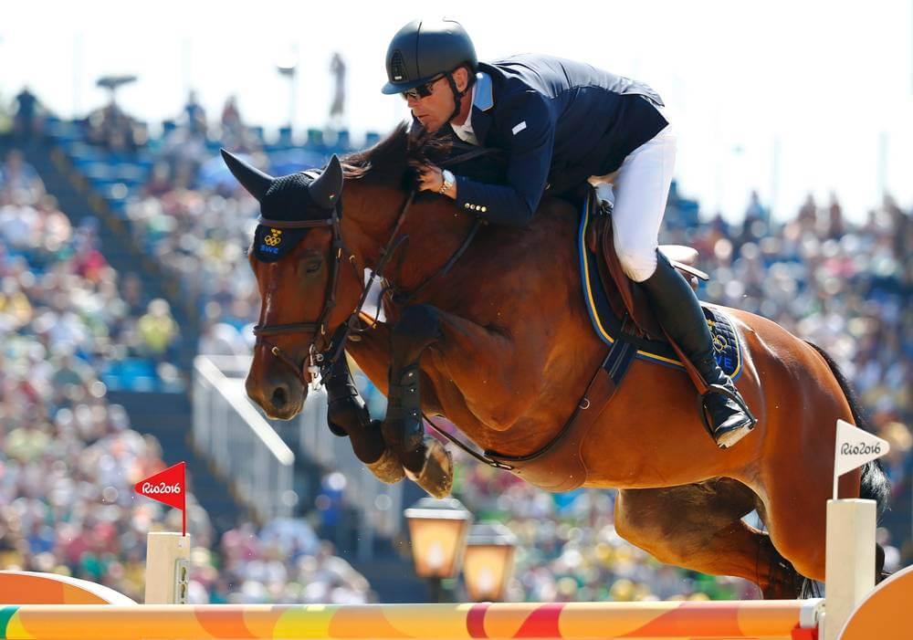 Ryttare och häst hoppar över ett hinder på EM