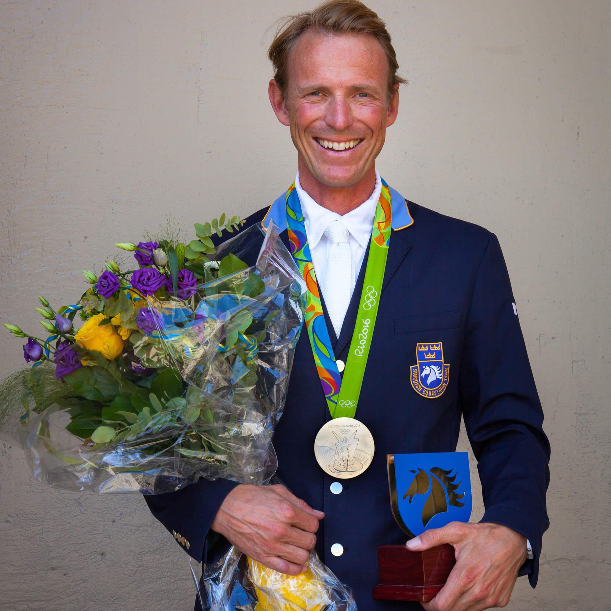 Porträtt av Peder efter OS-medaljen med en bukett blommor