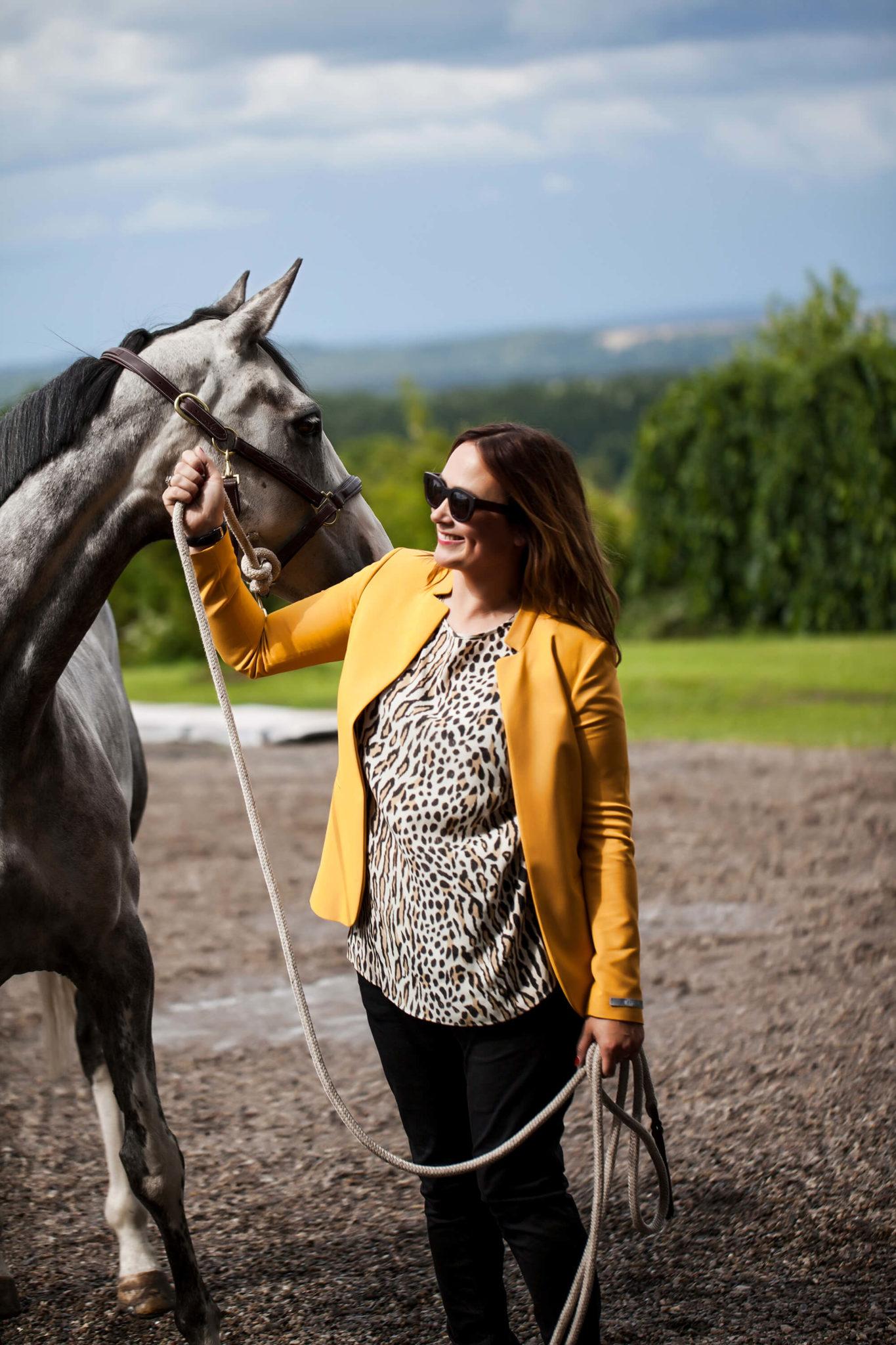 Fotografering av Lisen Fredricson och en häst utomhus