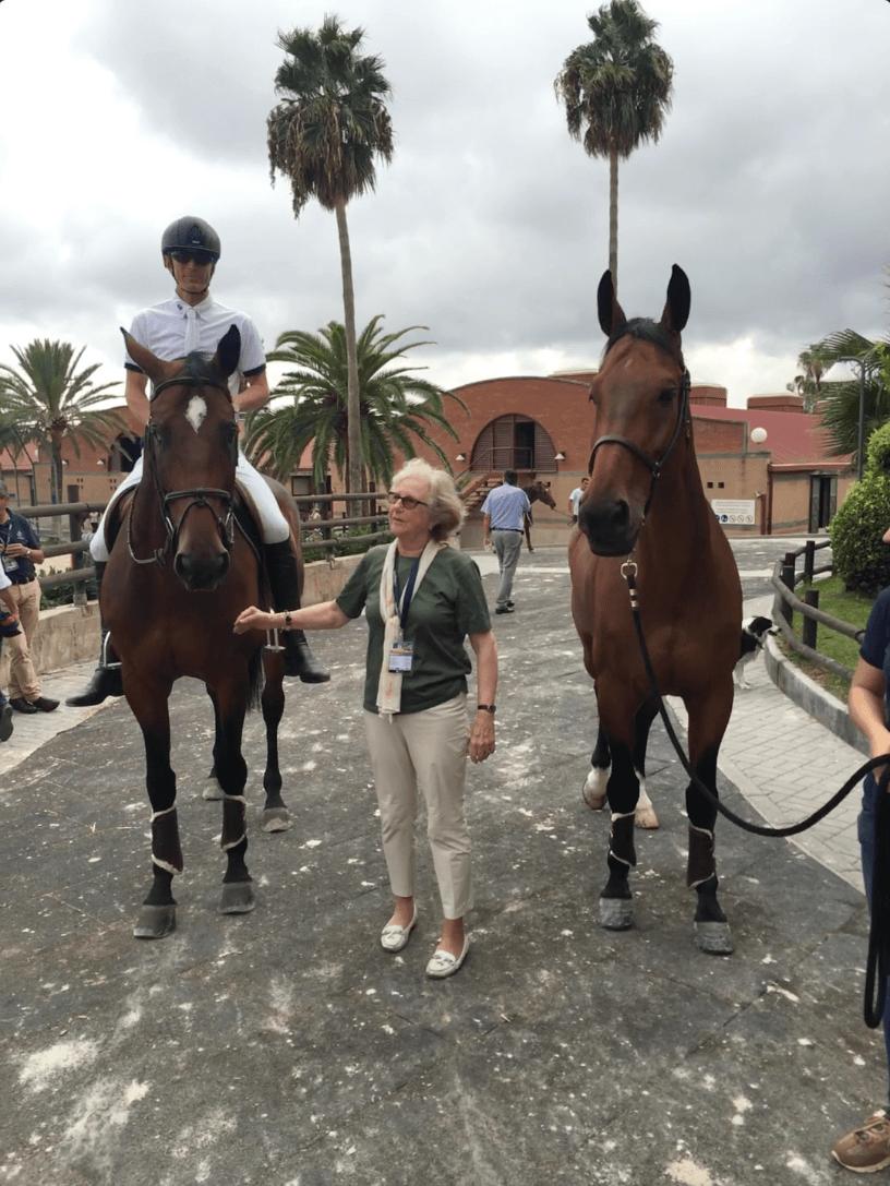Peder sitter på hästen och fotograferas med en kvinna och en till häst
